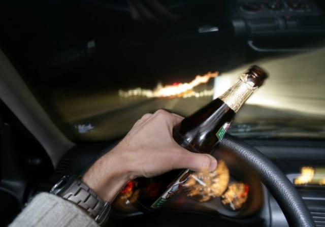 Ivre, il tend à un policier sa bière au lieu de son permis de conduire