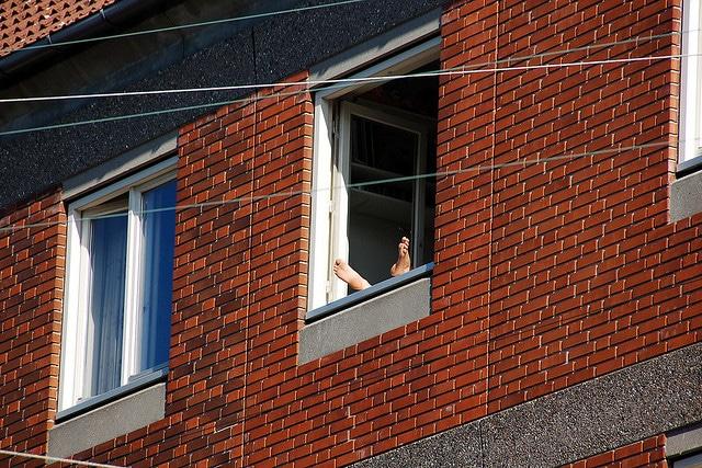 Elle-provoque-un-carambolage-parce-en-bronzant-nue-à-sa-fenêtre