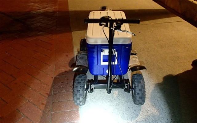 La police l'arrête ivre au volant d'une glacière bleue motorisée