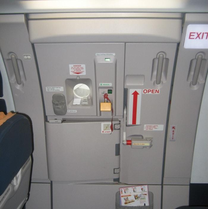 Ivre, il essaie d'ouvrir la porte de l'avion en voulant aller aux WC