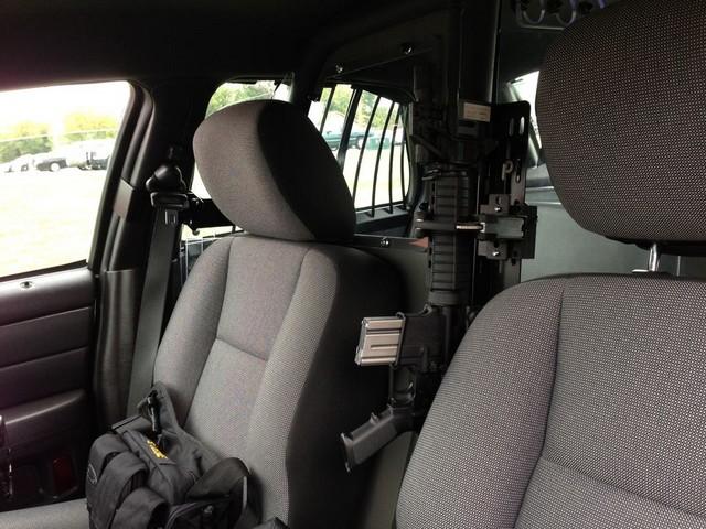 Arrêtée ivre elle mange la mousse dun siège du véhicule de police