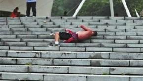Il se laisse rouler tous les matins dans les escaliers pour se réveiller musculairement