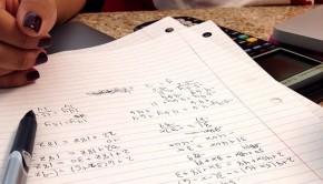 Des policiers appelés pour un possible cambriolage aident un garçon de 11 ans à faire ses devoirs