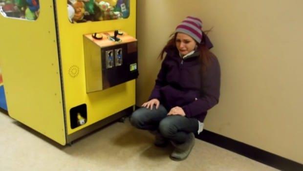 Elle pleure de joie après avoir enfin gagné à une machine attrape-peluche