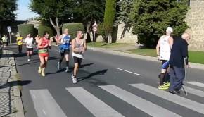 Il s'arrête en plein marathon pour aider une personne âgée à traverser la rue