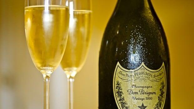Un cambrioleur surpris devant la télévision et avec du champagne