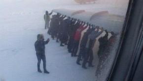 Des passagers obligés de pousser leur avion gelé pour décoller de Sibérie
