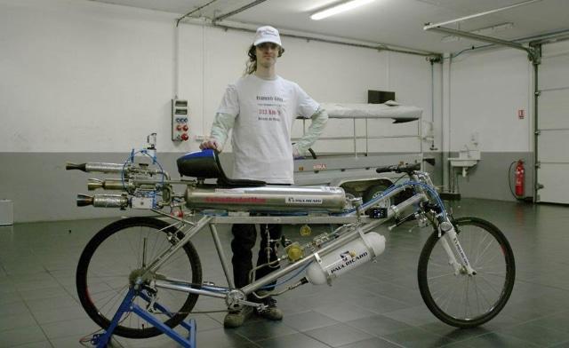 Un vélo-fusée roule à 333 km/h en 4,8 secondes et bat le record de vitesse jamais atteint
