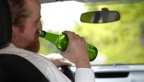 Handicapé d'un bras, il conduisait ivre avec une bière à la main et en excès de vitesse