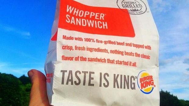 Elle commande un menu au drive d'un Burger King et repart à la place avec 2 631 dollars en billets