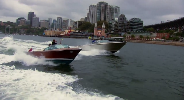 Federer et Hewitt jouent au tennis sur des bateaux naviguant dans la baie de Sydney