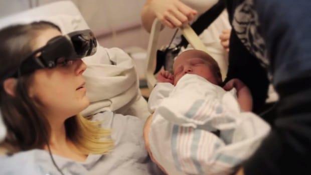 Malvoyante, elle voit son bébé pour la première fois grâce à des lunettes