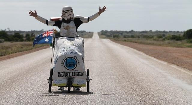 Son armure de Stormtrooper le protège d'une morsure de serpent lors de sa traversée à pied de l'Australie pour la bonne cause
