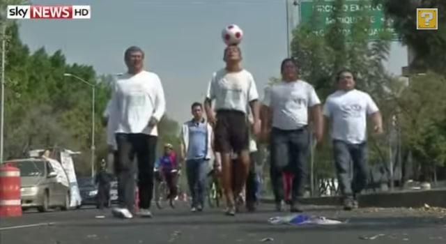 Un Mexicain marche sur plus de 1 930 kilomètres avec un ballon de foot en équilibre sur la tête