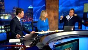 Le présentateur météo oublie le cintre de sa veste et s'en aperçoit en direct