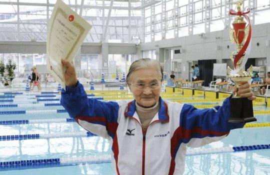 détentrice de record mondial de natation à 100 ans