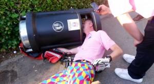 Golfeur anglais ivre tête coincée dans une poubelle