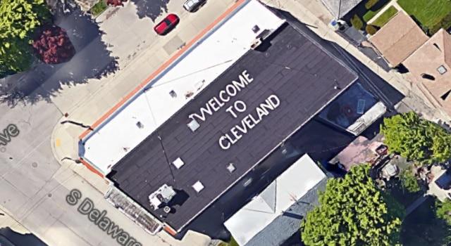habitant de Milwaukee écrit message de bienvenue à Cleveland sur son toit