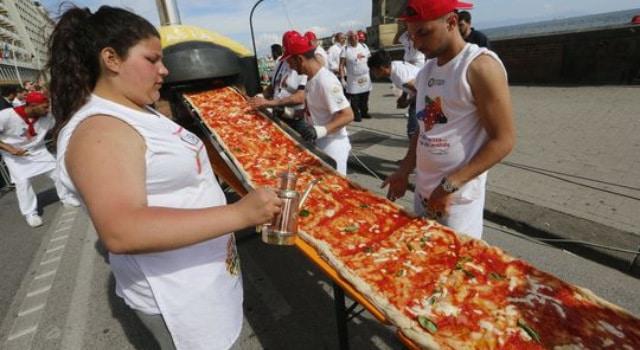 Le record de la plus longue pizza du monde 1858 88 m tres - Record du monde developpe couche ...