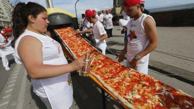 pizza plus longue du monde record à Naples
