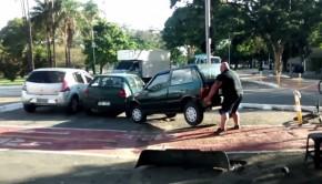 cycliste soulève voiture garée sur piste cyclable