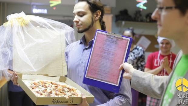 Il épouse une pizza