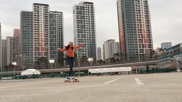 Ko Hyojoo danse sur sa longboard