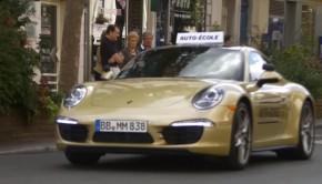 permis de conduire au volant d'une Porsche 911