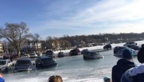 voitures garées sur lac gelé coulent lors du dégel