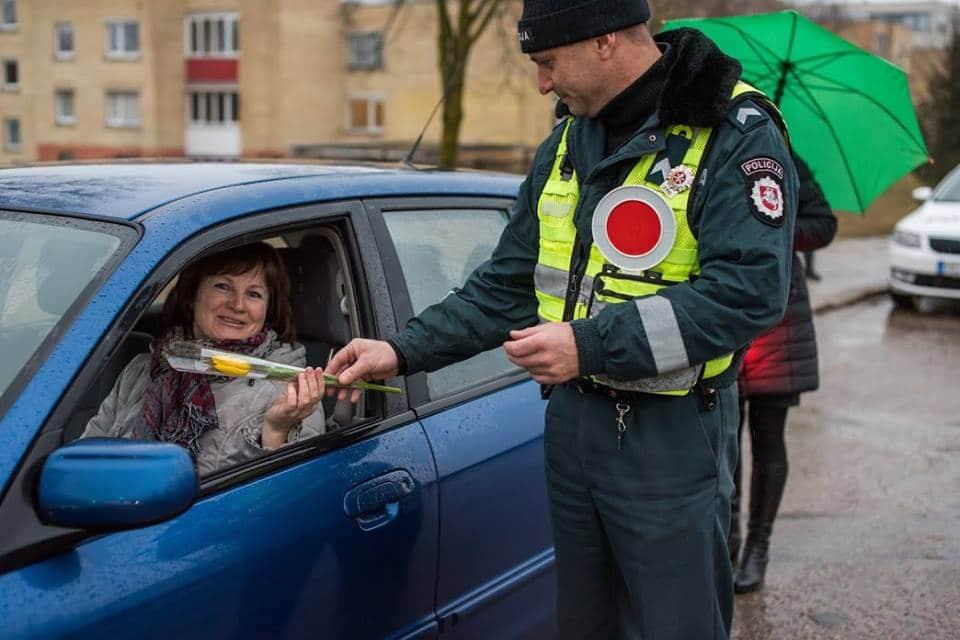 Fleurs offertes par la police en Lituanie pour la journée des droits des femmes