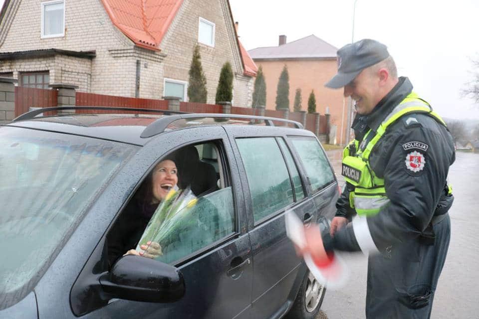 La police lituanienne donne des fleurs pour la journée des droits des femmes