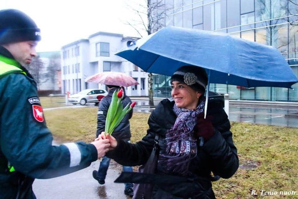 Des policiers offrent des fleurs pendant la journée des droits des femmes