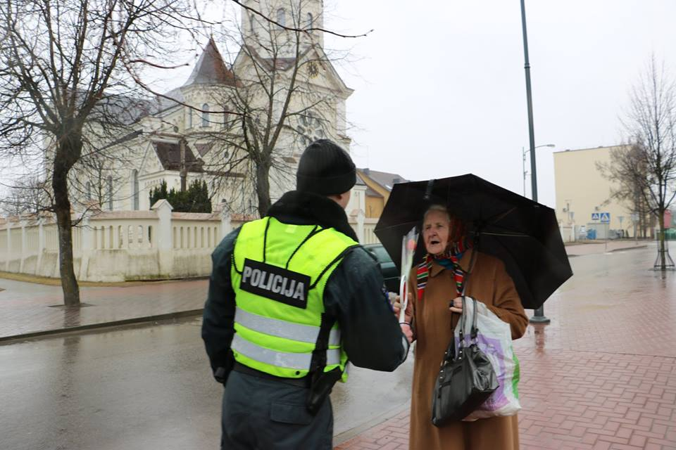 La police en Lituanie offre des fleurs durant la journée des droits des femmes aux passantes