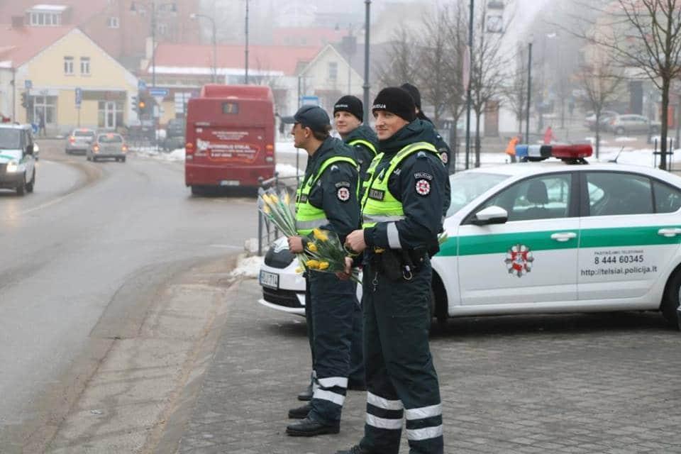 Les policiers offrent des fleurs pour la journée des droits des femmes