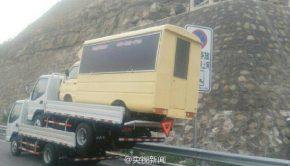 camion transporte deux camionnettes