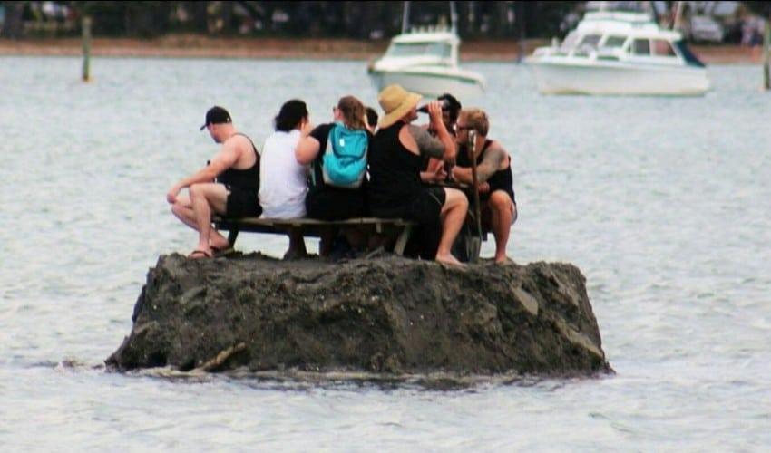 Ils passent le nouvel an sur une île pour pouvoir boire