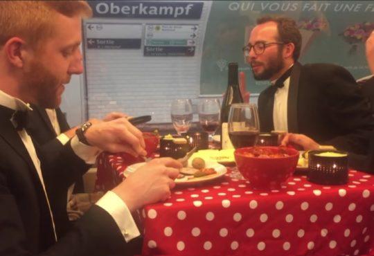 Ils mangent une raclette dans le métro parisien
